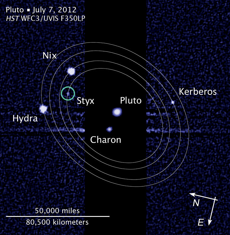 « Pluto moon P5 discovery with moons' orbits » par NASA, ESA, and L. Frattare (STScI) — http://hubblesite.org/newscenter/archive/releases/2012/32/image/c/. Sous licence Domaine public via Wikimedia Commons - https://commons.wikimedia.org/wiki/File:Pluto_moon_P5_discovery_with_moons%27_orbits.jpg#/media/File:Pluto_moon_P5_discovery_with_moons%27_orbits.jpg