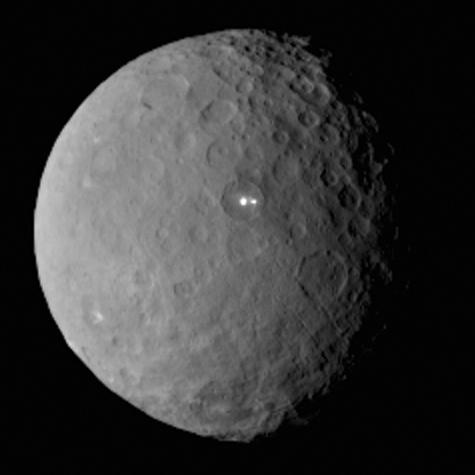 Voici Cérès, le plus gros astéroïde de la ceinture avec un rayon de 480 km qui compte à lui tout seul pour 1/3 de la masse totale de la ceinture. Son diamètre n'excède pas les 480 km et elle est considérée comme une planète naine. «Ceres RC2 Bright Spot» par NASA/JPL-Caltech/UCLA/MPS/DLR/IDA — http://photojournal.jpl.nasa.gov/catalog/PIA19185. Sous licence Domaine public via Wikimedia Commons - https://commons.wikimedia.org/wiki/File:Ceres_RC2_Bright_Spot.jpg#/media/File:Ceres_RC2_Bright_Spot.jpg