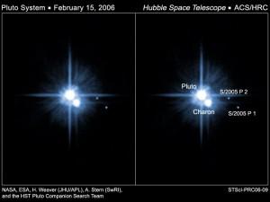 Voici deux clichés pris par Hubble en Février 2006, le temps d'exposition est volontairement long afin que la quantité de lumière entrante soit suffisante pour faire ressortir les deux tout petits satellites visibles à droite sur l'image