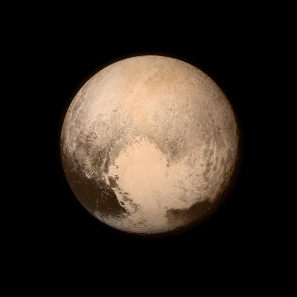 La surface de Pluton présente de nombreuses disparités, on y voit des zones très claires notamment celle en forme de cœur en bas à droite et des zones très foncées. Cette organisation laisse à penser qu'il existe une tectonique des plaques ainsi qu'un volcanisme très important sur la planète