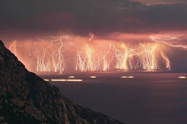 Les éclairs sont une manifestation naturelle de l'électricité. Lors d'un orage, le sol et les nuages sont opposés en charge et, afin de rétablir l'équilibre électrique, les électrons se déplacent subitement de bas en haut. La lumière vient du fait que, la conductivité électrique de l'air étant faible, celui-ci chauffe énormément (30 000 °C environ) et produit de la lumière.