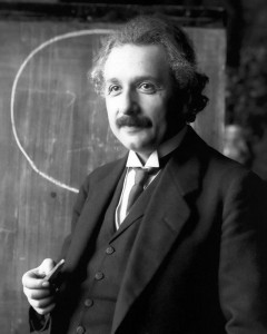 « Einstein 1921 portrait2 » par Ferdinand Schmutzer — http://www.bhm.ch/de/news_04a.cfm?bid=4&jahr=2006. Sous licence Domaine public via Wikimedia Commons - https://commons.wikimedia.org/wiki/File:Einstein_1921_portrait2.jpg#/media/File:Einstein_1921_portrait2.jpg