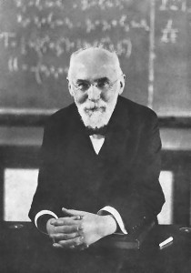 "« Hendrik Antoon Lorentz » par The website of the Royal Library shows a picture from the same photosession that is attributed to Museum Boerhaave. The website of the Museum states ""vrij beschikbaar voor publicatie"" (freely available for publication). — http://th.physik.uni-frankfurt.de/~jr/physpictheo.html (moved from de:Bild:Hendrik Antoon Lorentz.jpg). Sous licence Domaine public via Wikimedia Commons - https://commons.wikimedia.org/wiki/File:Hendrik_Antoon_Lorentz.jpg#/media/File:Hendrik_Antoon_Lorentz.jpg"