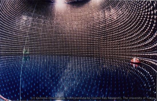 Photo du Super Kamiokande au Japon. On y voit les murs tapissés de photodétecteurs qui sont censés recuperer tout signal d'une éventuelle réaction avec un neutrino dans l'eau ultrapure.